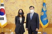 14日、ソウルの韓国大統領府で米国のヘインズ国家情報長官(左)と写真に納まる文在寅大統領(大統領府提供・共同)