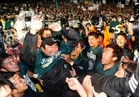 J1昇格を決め、選手たちに胴上げされる松本山雅の反町康治監督=2014年11月1日、福岡市