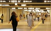 札幌市中心部の地下通路を行き交う人たち=15日午前
