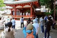 浅草神社の三社祭で舞を披露するみこ(奥)と見物客=15日午後、東京都台東区