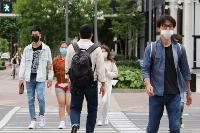 岡山市内を行き交うマスク姿の人たち=15日午後