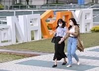 名古屋市内を歩くマスク姿の人たち=15日午後
