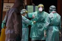 台北市内で検査に向けて準備する医療従事者=15日(ロイター=共同)