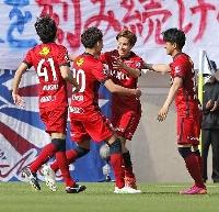 鹿島―横浜M 前半、ゴールを決め、喜ぶ鹿島・土居(右から2人目)=カシマ