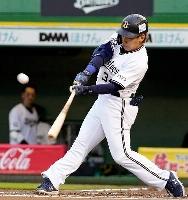 6回オリックス1死一、二塁、吉田正が左中間に逆転3ランを放つ=ほっともっと神戸