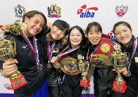 ボクシングのコロトコフ記念国際トーナメントで優勝した並木月海(中央)と入江聖奈(右隣)=ロシア・ハバロフスク(日本ボクシング連盟提供、共同)