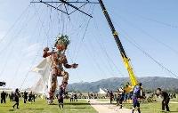 岩手県陸前高田市で行われた東京五輪・パラリンピックの公式文化プログラムに登場した巨大操り人形「モッコ」=15日午後