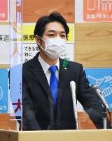記者会見する北海道の鈴木直道知事=15日午後、北海道庁