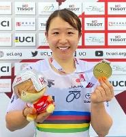 自転車トラック種目、ネーションズカップの女子オムニアムで優勝し、金メダルを見せる梶原悠未=香港(日本自転車競技連盟提供・共同)