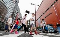 福岡・天神をマスク姿で歩く人たち=15日午後
