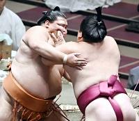 大栄翔(右)の攻めをこらえる御嶽海。寄り切りで破る