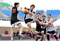 バスケットボール3人制の東京五輪テスト大会に出場したB1信州アンバサダーの斉藤洋介さん(中央)=16日、東京都江東区の青海アーバンスポーツパーク
