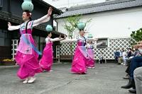 伝統舞踊を踊る朝鮮初中級学校の生徒たち