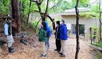 茶臼山動物園に完成したオランウータンの森で開かれた寄付者向け内覧会