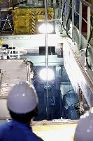 美浜原発3号機の原子炉に核燃料を装☆(土ヘンに眞)するため、燃料プールからつり上げられる燃料集合体=20日午後(関西電力提供)