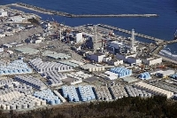 東京電力福島第1原発の敷地内に並ぶ処理水を保管するタンク=2月
