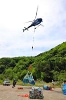 山荘へ荷物を運ぶヘリコプター