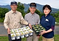 6月に販売を始める釜無ホテイアツモリソウの苗と富士見町アツモリソウ再生会議のメンバーら