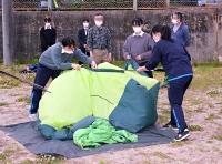 テント収納の練習をする大町岳陽高山岳部の女子部員ら