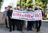 女川原発の再稼働差し止めを求め、仙台地裁に入る原告団=28日、仙台市