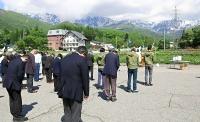 貞逸祭で白馬連峰(奥)に向かって今季の安全を祈る山岳観光関係者