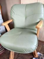 木野さんの父親が生前、よく腰掛けていた椅子。「父も大変だったんじゃないかな」と振り返る