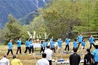 山々を背に元気な歌声を響かせる上村小の児童たち