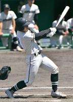 関根学園―松商学園 一回松商2死二塁、藤石が左前適時打を放ち、2―0とリードを広げる