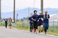 安曇野市の田園風景の中を自主的に走る安曇野ハーフマラソン代替大会の参加者たち