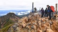 八ケ岳連峰の主峰、赤岳の山頂。雨が上がり、阿弥陀岳(左)や遠方の山々まで望めた=6日午前11時35分
