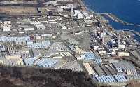 敷地内に処理水を保管するタンクが並ぶ東京電力福島第1原発=2月