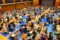 台風19号災害で多くの住民が避難した佐久城山小学校の体育館=2019年10月12日午後7時すぎ、佐久市平賀