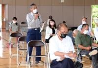 長沼地区のコミュニティー再生のために災害公営住宅が必要だと訴える住民=12日、長野市長沼小学校体育館