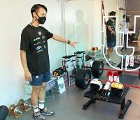 トレーニング器具を説明する竹内さん=14日、長野市三輪