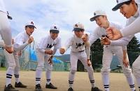 円陣を組んで士気を高める箕輪進修高校野球部の部員たち