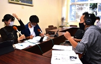 ラジオ番組の収録に臨む松本県ケ丘高校生(左の2人