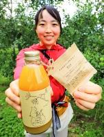 リンゴジュースとクロモジ茶葉のセットを発売した森田さん