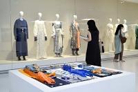 過去10年に発表した洋服と発想の基になった品などが並ぶ「Mame Kurogouchi」の展覧会