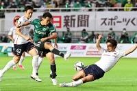 松本山雅―大宮 後半、松本山雅の阪野(中央)がゴールに迫ったが、シュートは相手守備に阻まれる