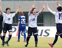 ちふれ埼玉―AC長野 後半32分、決勝ゴールを決め、喜ぶAC長野・泊(右から2人目)ら
