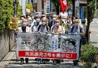 関西電力美浜原発3号機の運転差し止め仮処分を申し立てるため、大阪地裁に入る住民と弁護士ら=21日午後