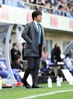 2019年2月のJ1磐田―松本山雅戦で、磐田の監督として試合を見守る名波浩氏=ヤマハスタジアム