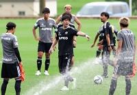 松本山雅での初練習に臨む名波新監督(中央)=22日、松本市かりがねサッカー場