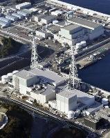 中国電力島根原子力発電所。1号機(手前右)、2号機(同左)、3号機(奥右)=2020年11月、松江市