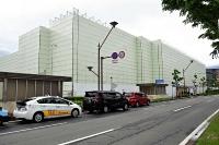 イトーヨーカドー長野店が撤退し、大規模改修中の建物=長野市権堂町