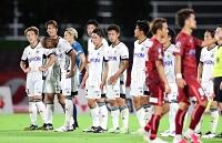 琉球―松本山雅 4失点で敗れ、険しい表情を浮かべる松本山雅の選手たち