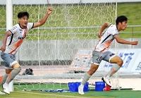 沼津―AC長野 後半49分、AC長野・吉村(右)が決勝点を挙げ、サポーターの元に駆けだす