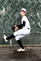 夏の大会に向けて投球練習をする松田さん=29日午後5時51分、松本市の松本深志高校
