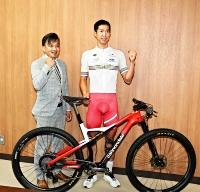 県庁を訪問して東京五輪への抱負を語った自転車マウンテンバイク男子の山本幸平選手(右)と鈴木雷太監督