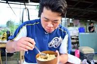 卵かけご飯を食べる桜井さん。「ありがたみを感じる」と感謝する